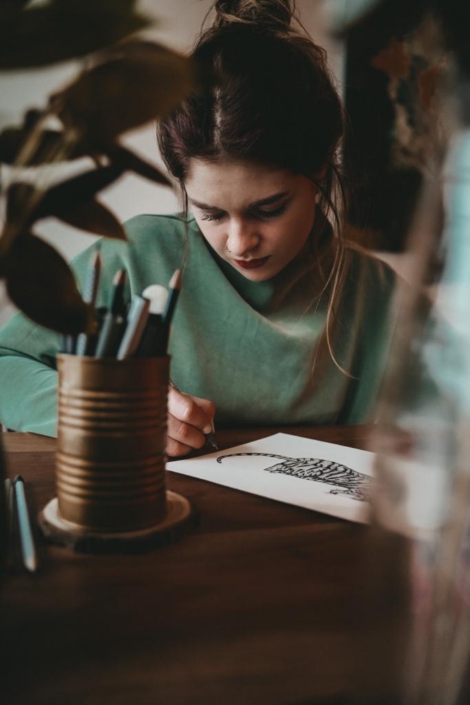 Künstlerin beim Zeichnen von Tier, zeichnen einfach lernen